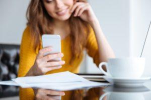 femme-smartphone-lit-sms-pub
